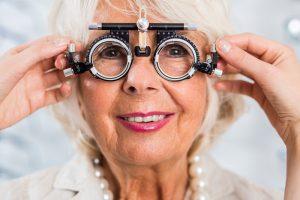 Maladies des yeux à surveiller après 60 ans
